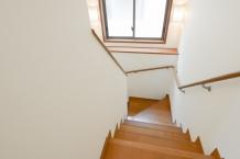 階段のきしみの原因と直し方