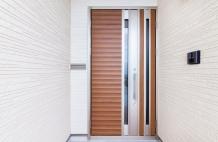 玄関の扉を交換したい!家の印象を一変させる「住まいの顔」の選び方